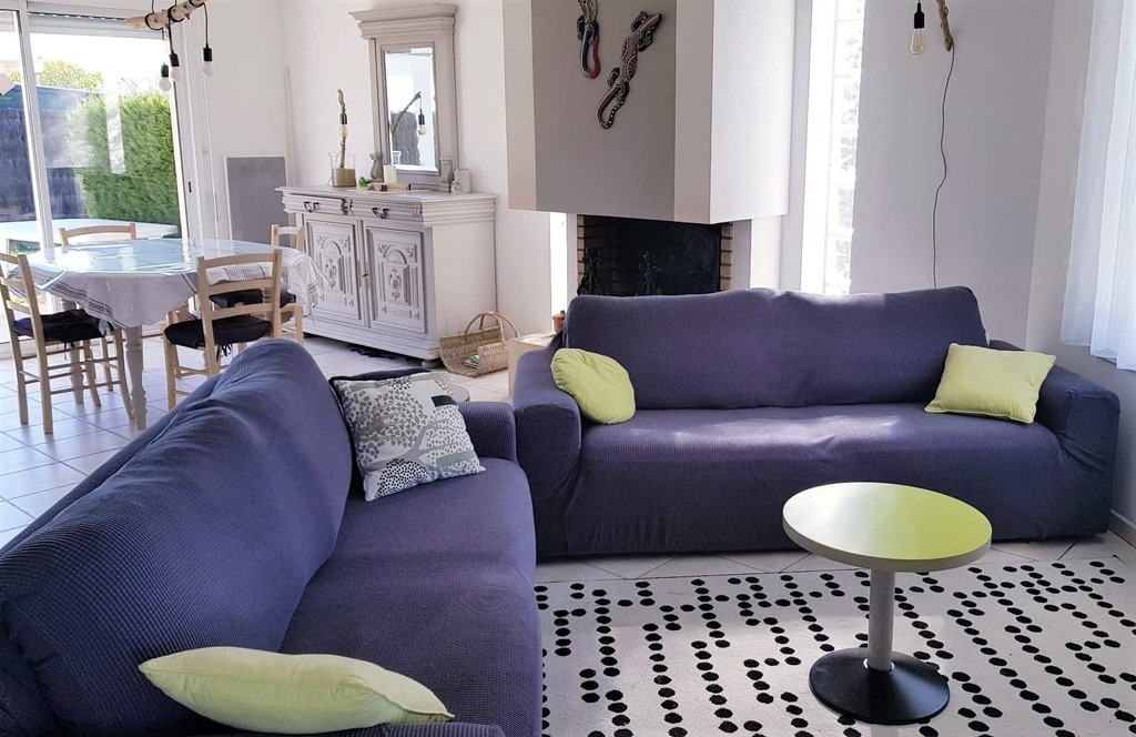 coin salon cosy avec TV et chaine Hi-Fi